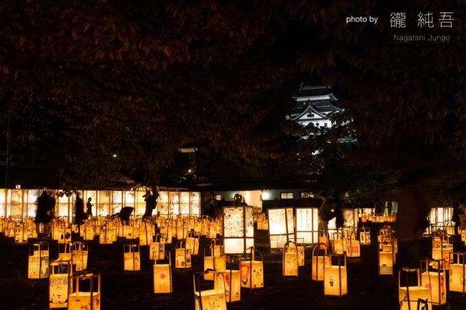 二の丸に並べられた行灯と松江城天守閣。松江水燈路を象徴する光景(松江水燈路 2016)