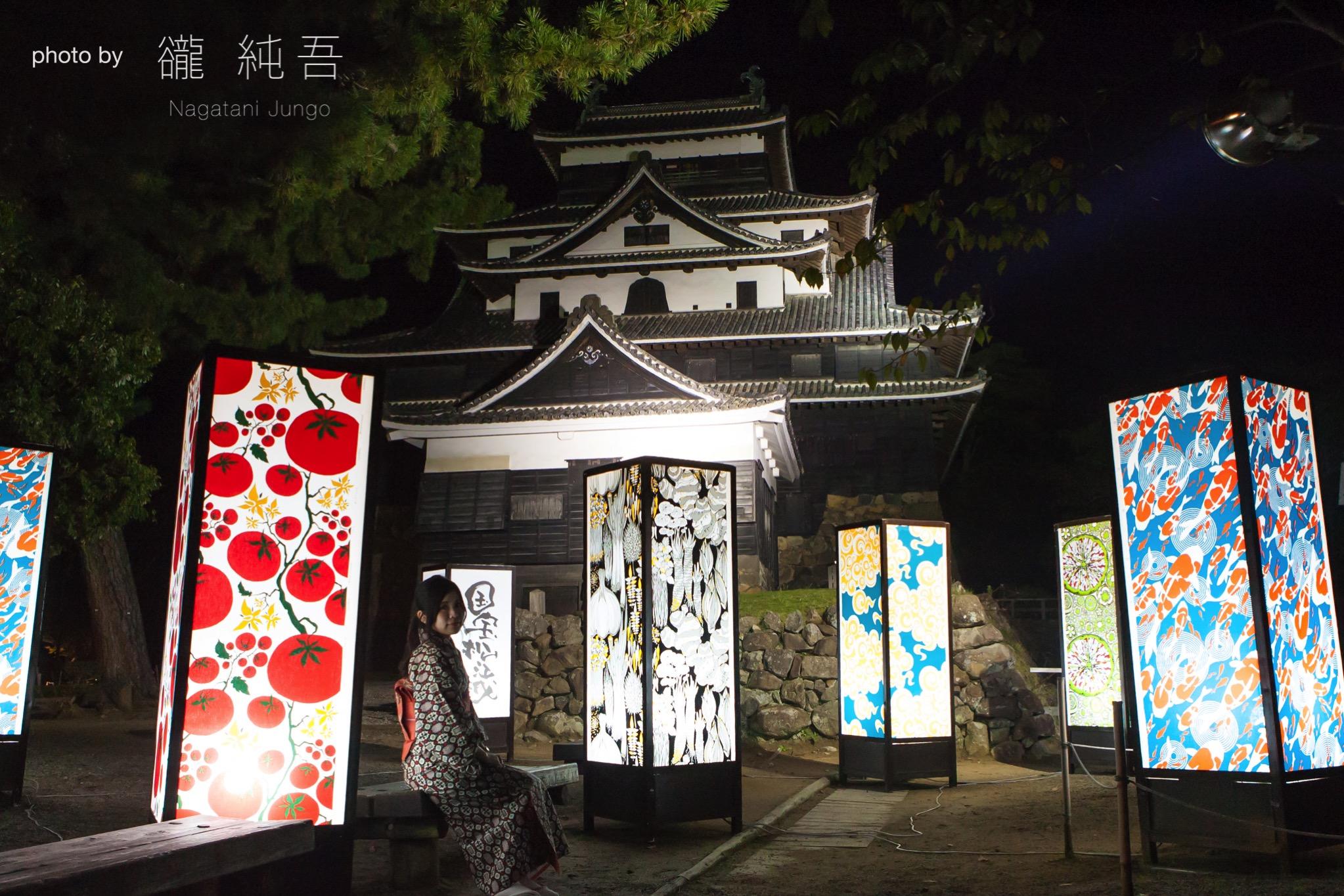 ライトアップされた松江城天守閣をバックに(2017年 松江水燈路)